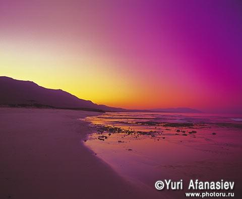 Султанат Оман. Пурпурный закат, пляж Идийского океана. Фото Юрия Афанасьева